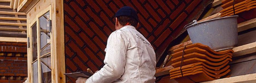 I efteråret 2007 havde Skat fat i flere end 900 virksomheder på private og erhvervsmæssige byggepladser. Men her var fangsten mindre end ventet. Personen på modelfotoet har intet med sort arbejde at gøre.
