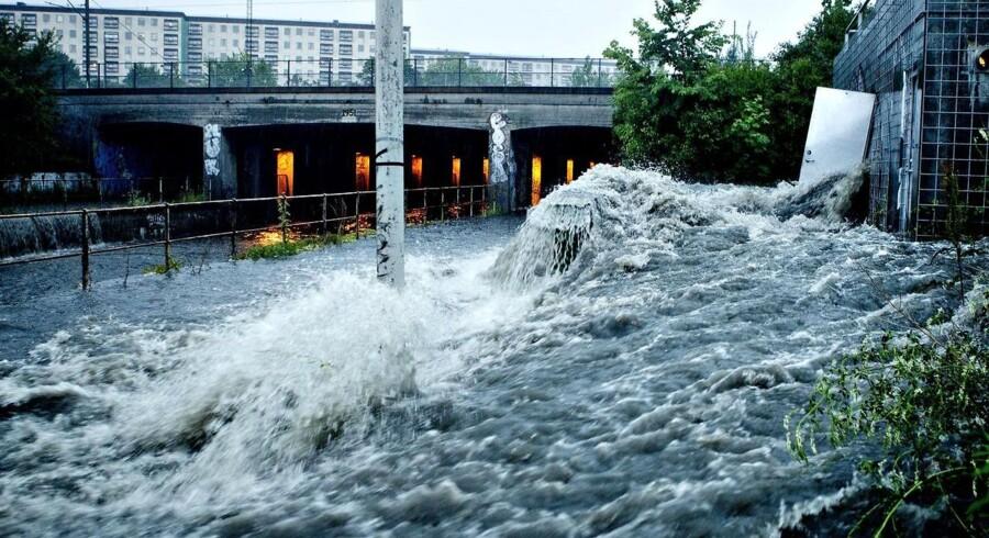 Vandet vælter op af kloakkerne. Men det skal slet ikke derned, siger eksperter.