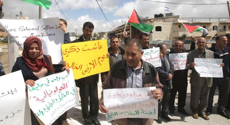 Palæstinensere protesterer nær et israelsk besat palæstinensisk hjem tæt på den jødiske bosættelse Kiryat Arbaa i Hebron på Vestbredden.
