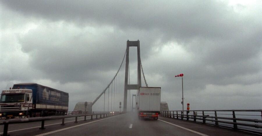 Skal du over Storebælt mandag, skal du skynde dig. Fra og med klokken 16 kan du nemlig regne med, at broen er helt lukket på grund af stormen. Billedet er fra et tidligere uvejr. (Arkivfoto)