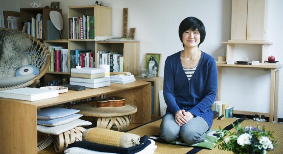 Akiko Kuwahata sidder her på tatami-måtter foran sit buddhistiske alter i stuen i Kokkedal. Tatami-måtter er en traditionel japansk gulvbelægning, som er blød og behagelig at sidde på – eller få sig en eftermiddagslur, som Akiko Kuwahata fortæller. Bænken har Akiko Kuwahata designet og lavet sammen med sin snedkermand Ken Winther. Den hedder Koko.