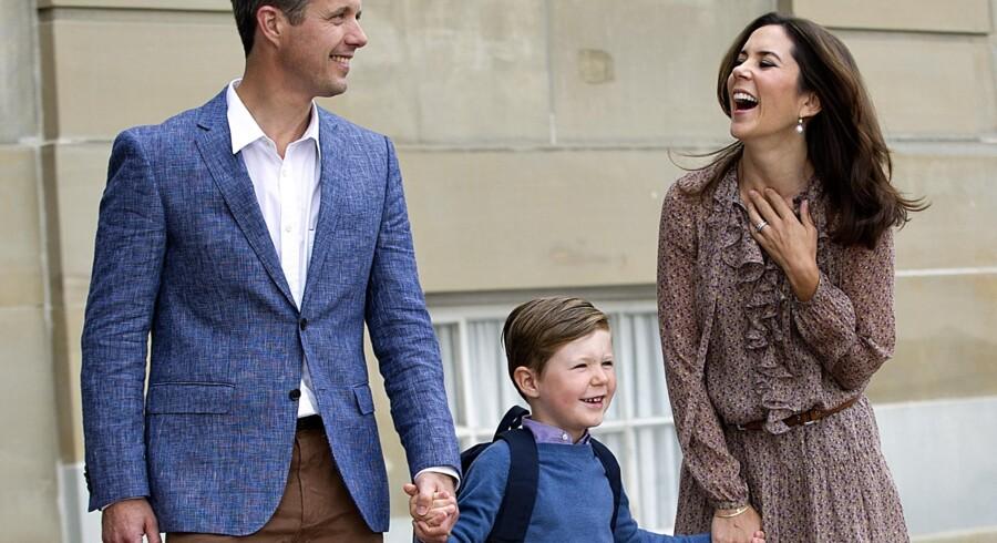 Hans Kongelige Højhed Prins Christian på vej til sin første skoledag i 0. klasse på Tranegårdskolen.
