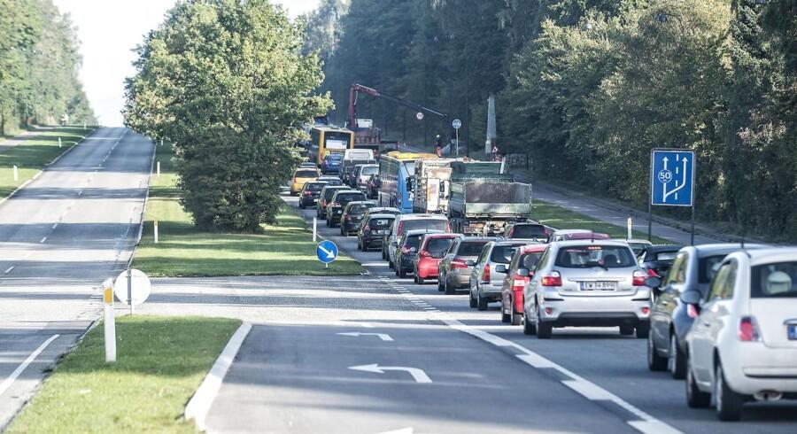 Sammenstyrtning af bro skaber tæt trafik på de lokale veje i omegnen af Helsingørmotorvejen. Situationen kl. 08.30 ved Geels Bakke i Virum viser tæt kørsel mod nord.