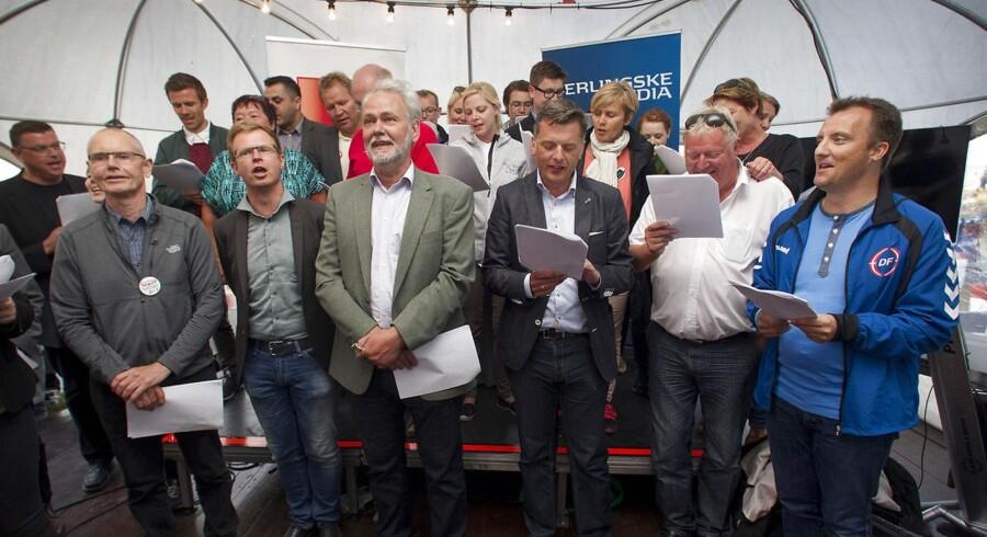 Politikere fra både rød og blå fløj mødtes i Berlingske Medias telt for at samles i fællessang.