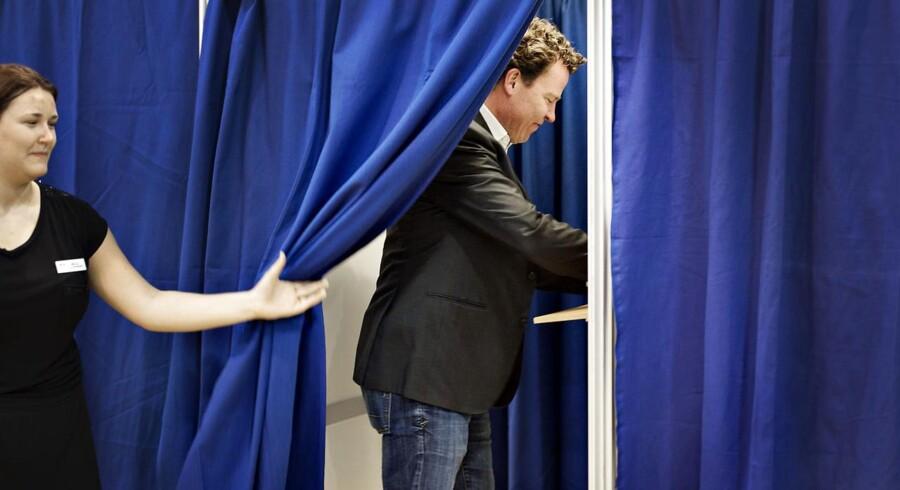 De Radikales spidskandidat Morten Helveg Petersen stemmer på Maglegårdsskolen i Gentofte. (Foto: Marie Hald/Scanpix 2014)