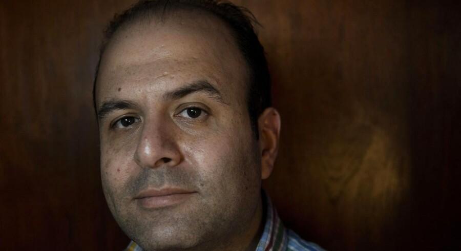 Vi forklarer både de syriske oprørere og regeringshæren, at alle, som har behov får hjælp - uanset hvem de er. Alle får, men ikke lige meget. Det kommer an på, hvor hårdt ramte de er. Men det kan være svært for en fyr med langt skæg og gevær at forstå, fortæller Khaled Erksoussi, operativ chef i Syrisk Arabisk Røde Halvmåne (SARC), som har mistet 33 kolleger i forbindelse med nødhjælpsarbejdet i det borgerkrigshærgede Syrien.