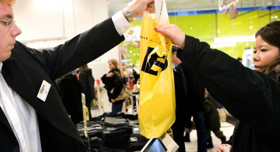 Hver fjerde dansker har i løbet af i år skruet ned for forbruget af underholdning, tøj, ferier, biler og andre varige forbrugsgoder, viser en Gallup undersøgelse foretaget for Dinepenge.dk.