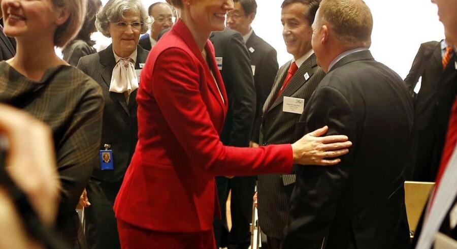 Thorning og Løkke hilser på hinanden.