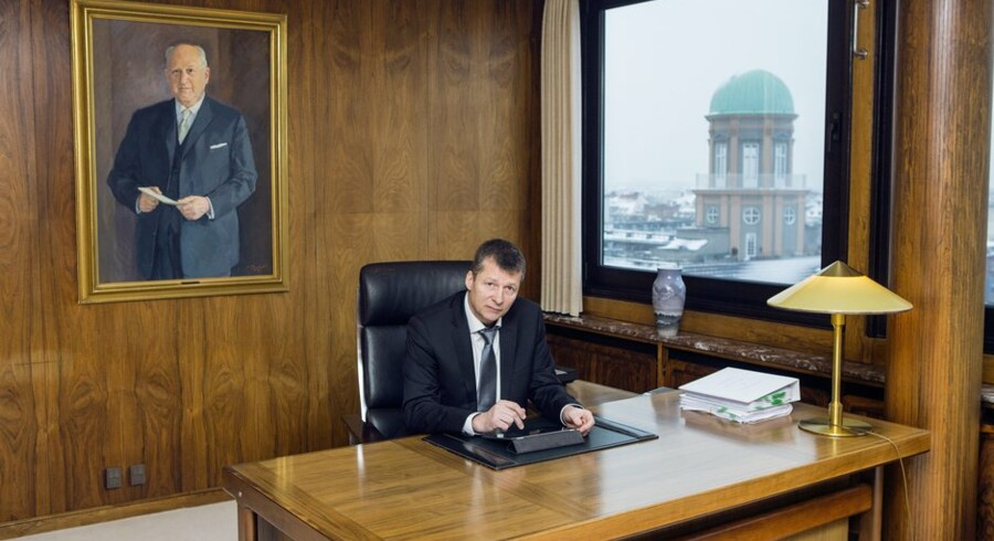 Arbejdernes Landsbanks direktør Gert Jonassen ved skrivebordet, hvorfra han både formår at få egenkapitalen til at yngle og skaffer mange nye kunder. Foto: Nikolai Linares