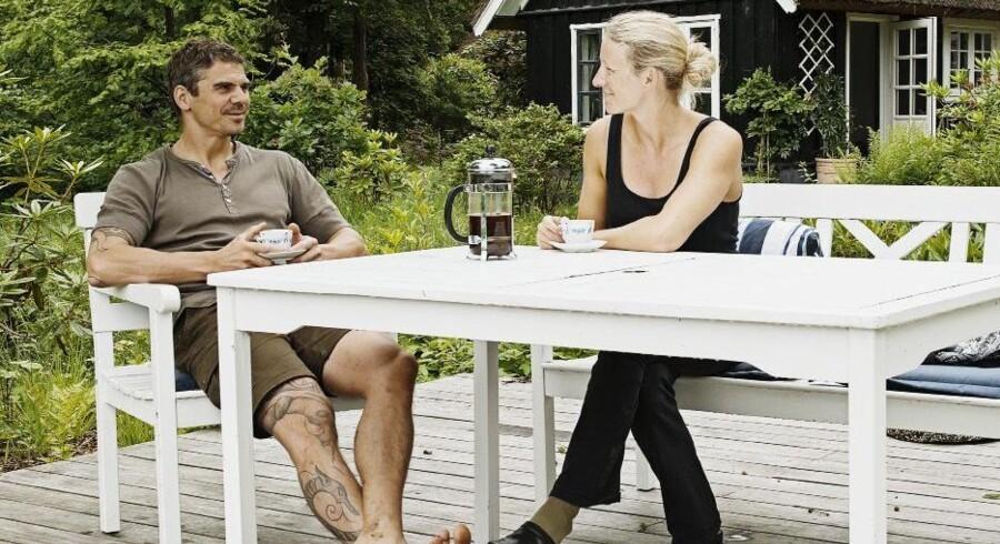 Hælløse træsko, masser af kaffepauser og bare god tid til ingenting og hinanden. Thilde Maarbjerg og Thomas Rode på et af deres yndlingssteder ved sommerhuset, nemlig terrassen, hvor en stor del af sommerlivet leves.