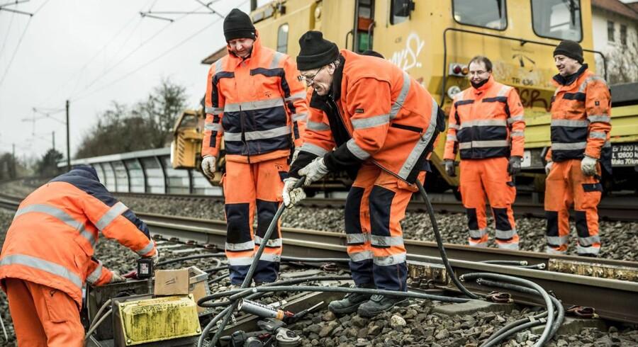 Banedanmark reparerer kabler ved Åmarken Station onsdag d.28. januar 2015.