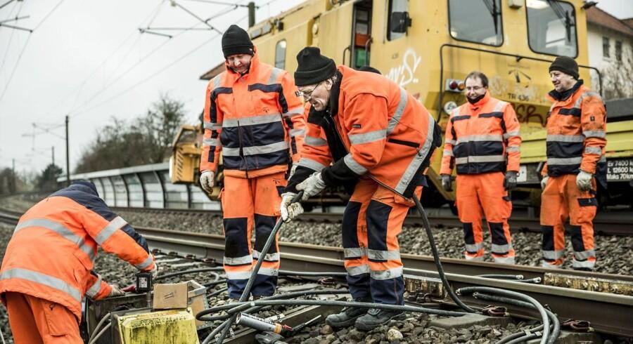 Jernbanenettet har været ramt af mange kabeltyverier den seneste tid, senest ved Åmarken station onsdag morgen. Her reparerer Banedanmark de steder, hvor tyvene har stjålet kobberkabler eller bare klippet aluminiumskabler over.