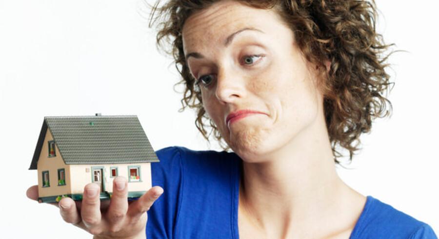 Det er blevet nemmere at være førstegangskøber af en bolig - men priserne ventes at falde et godt stykke tid endnu.