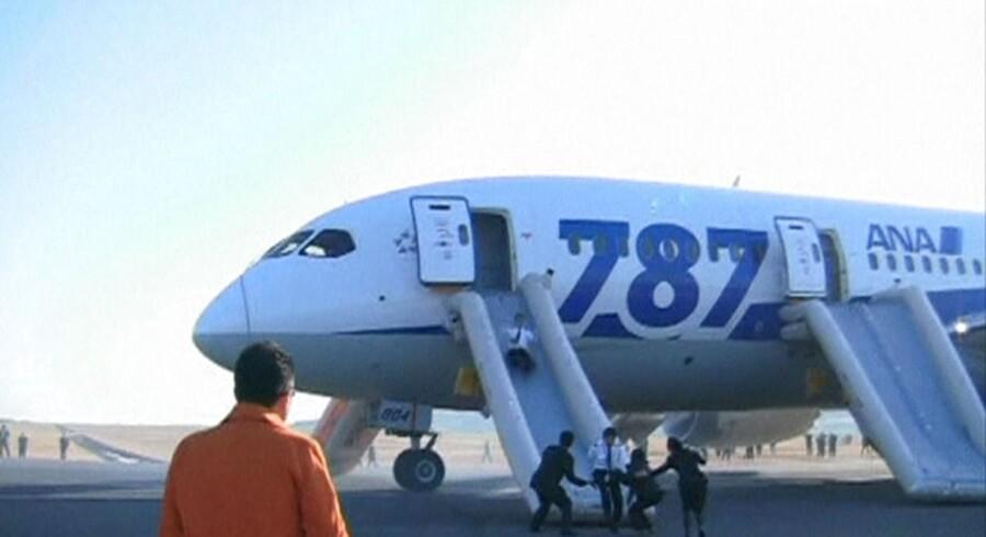 137 passagerer måtte evakueres fra denne Boeing 787 Dreamliner fra All Nippon Airways - den seneste i en række hændelser, der får japanerne til at køre alle fly af typen i garage.
