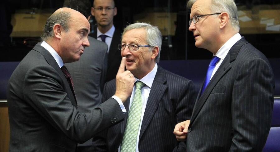 Den spanske økonomiminister Luis de Guindos (tv.), hans kollega fra Luxemborg Jean-Claude Juncker (i midten) og EUs økonnomikomisær Olli Rehn (th.) under det stiftende møde om ESM-fonden