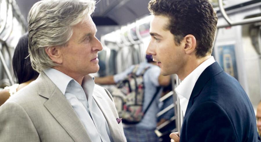 Michael Douglas som den legendariske Gordon Gekko og Shia LaBeuf som den mere idealistiske unge børsmægler Jacob Moore i den ujævne »Wall Street: Money Never Sleeps«.