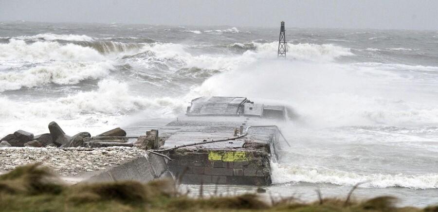 Den første af week-endens 2 bebudede storme ramte den jyske vestkyst fredag eftermiddag. Her Hanstholm.