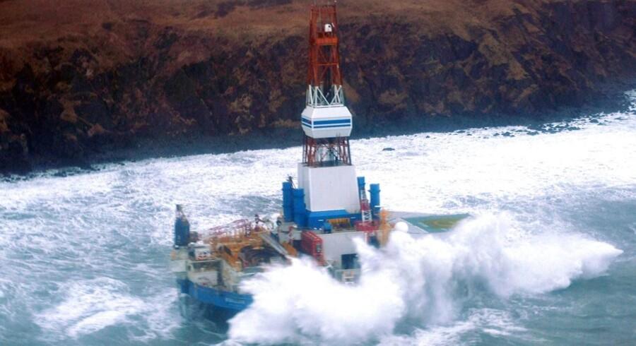 Olieboreplatformen gik på grund på den sydøstlige del af Sitkalidak Island, Alaska, efter to slæbebåde måtte kappe trosserne for ikke selv at gå på grund i det hårde vejr.