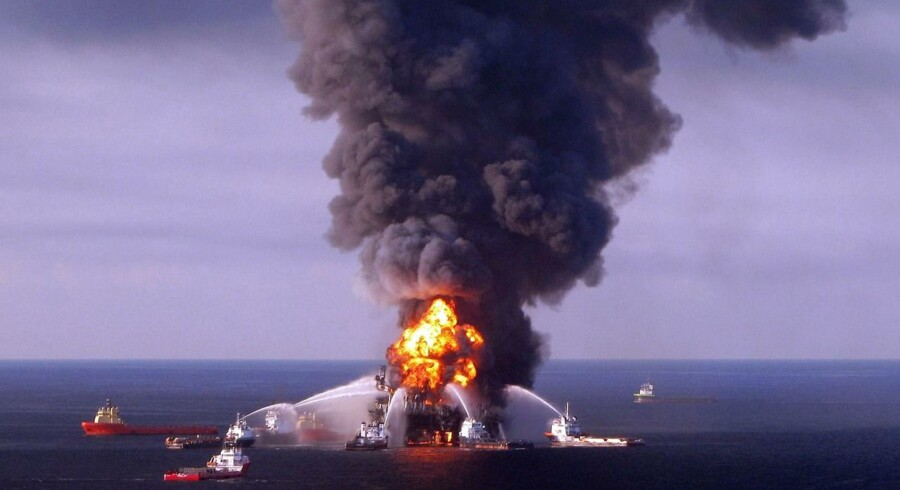 Sådan så det ud efter eksplosionen på Deepwater Horizon i april 2010. Kort efter sank platformen, og olien begyndte for alvor at fosse ud i Den Mexicanske Golf.