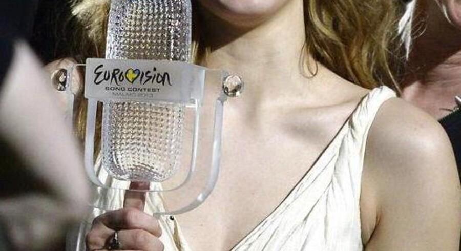 Emmelie de Forest med trofæet, som fulgte med hendes sejr i 2013-udgaven af Eurovisions Melodi Grand Prix.