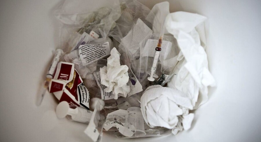 Det mobile fixerum sørger for at samle stofmisbrugernes affald ind, så det ikke flyder på gaden.