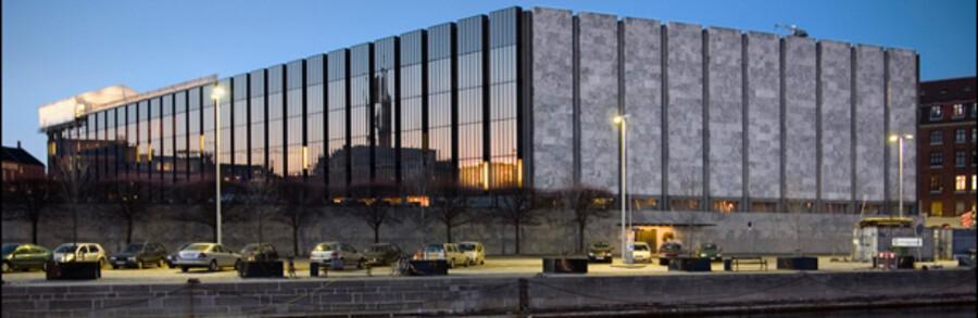 Hvis bankerne sænker deres udlånsrente i samme tempo som Nationalbanken, skal de så have del i overskuddet fra bankpakke I? Det vil et flertal af partierne på Christiansborg nu sætte sig sammen for at diskutere.