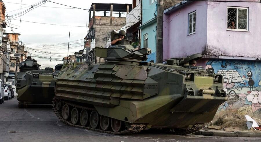 Søndag, hvor der blot var 74 dage til VM i fodbold sparkes i gang, rykkede flere end 1.000 brasilianske specialbetjente ind i et stort slumkvarter i udkanten af Rio de Janiero, for at drive narkobander ud af området.