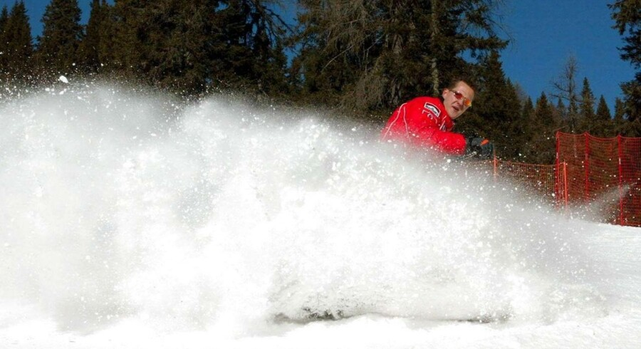 Michael Schumacher stod på ski sammen med sin søn, da han væltede og slog hovedet mod en sten.