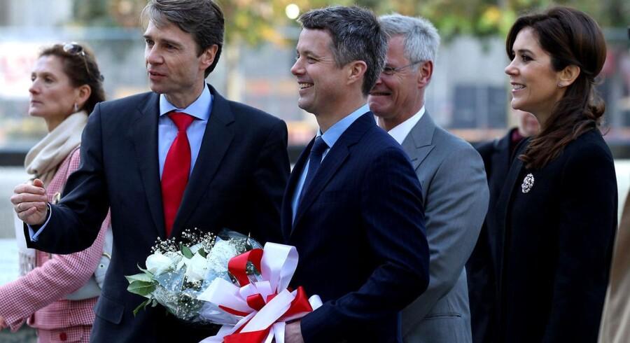 Kronprinsparret og Danmarks generalkonsul i USA ved Ground Zero Memoria.