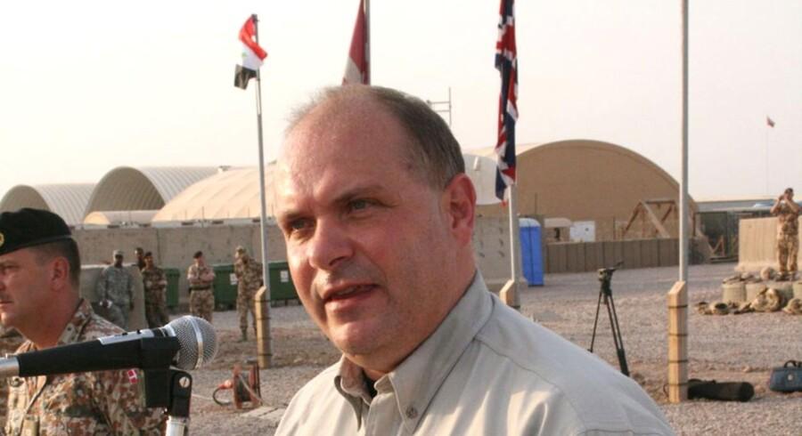 Forsvarsminister Søren Gade på en af hans mange ture ned til de danske soldater i Irak.