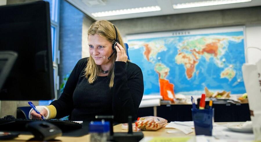 Mens Berlingske var på besøg i Udenrigsministeriets Globale Vagtcenter modtog en af medarbejderne en god nyhed: Endnu en dansker kunne slettes fra listen. Tirsdag aften manglede Udenrigsministeriet fortsat at høre fra i alt 18 danskere. Foto: Scanpix/Nikolai Linares
