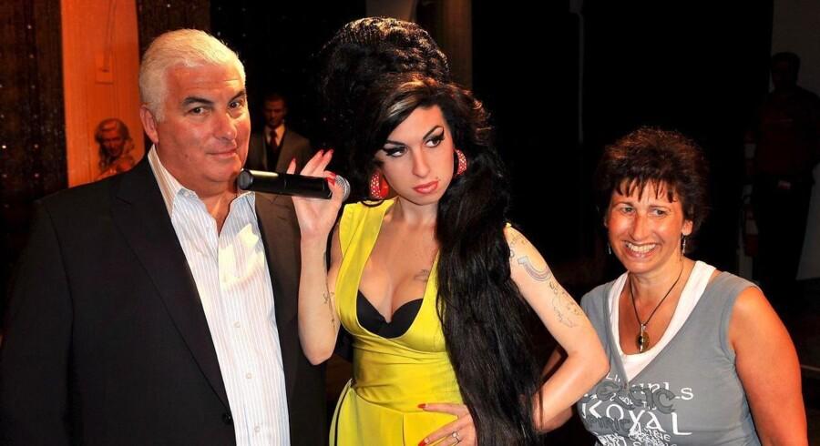 Amy Winehouse med sin mor og far.