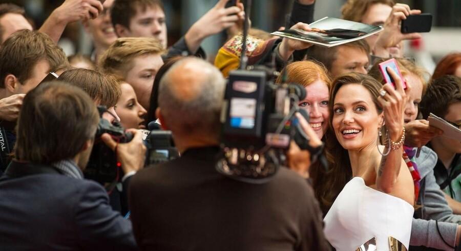 Moderens tidlige død og en gentest fik skuespilleren Angelina Jolie til at få fjernet begge bryster og erstatte dem med implantater.
