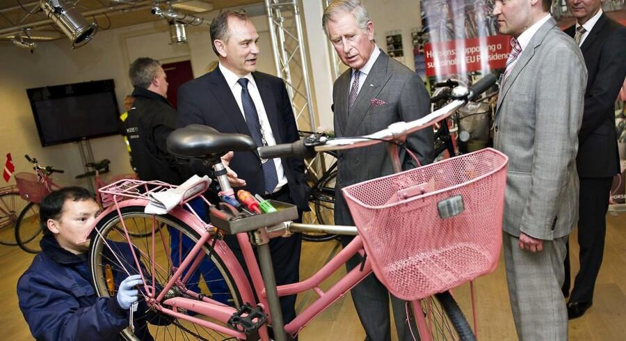 Søndag døde Jan Trøjborg under motionscykelløbet »Giro'en i Horsens«. Her ses han med Prins Charles, der lærer om innovativ teknologi under sit seneste besøg i Danmark.