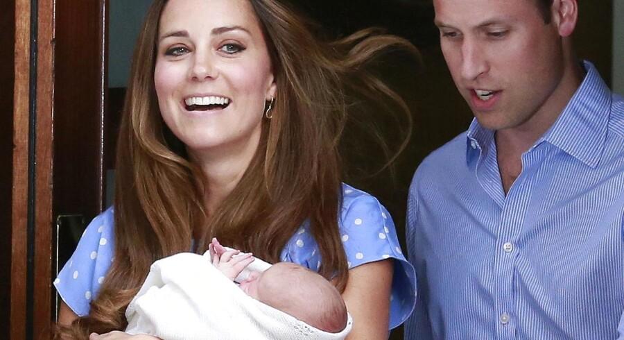 Prins William og hertuginde Catherine af Cambridge - bedre kendt som Kate, viste tirsdag eftermiddag den lille ny prins frem for briterne og verdenspressen.