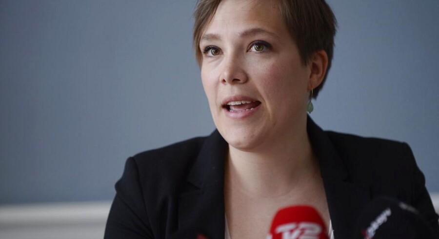 Astrid Krag fremlægger regeringens forslag til et lovindgreb i lægekonflikten.