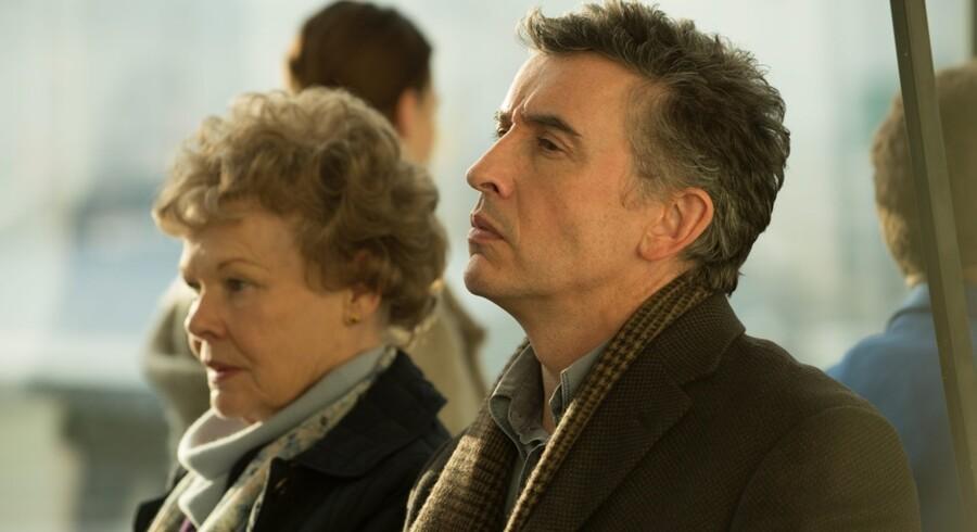 Judi Dench spiller Philomena Lee, der leder efter sin forsvundne søn sammen med journalisten Martin Sixsmith (spillet af Steve Coogan). Foto: Scanbox.