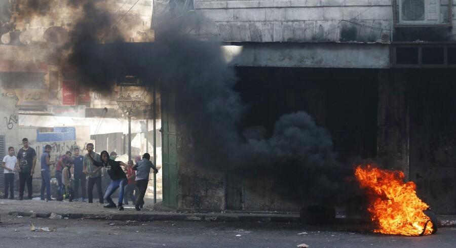 Palæstinensere gik tirsdag til angreb på israelske soldater, efter at israelerne havde dræbt de to, der formodentlig slog tre israelske teenagere ihjel i juni.