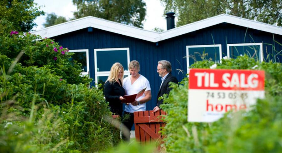 Sælgerne sætter stadig prisen højt, når de sætter til salg skiltet op foran sommerhuset.