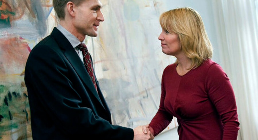 Kristian Thulesen Dahl bliver modtaget af økonomi- og erhvervsminister Lene Espersen ved forhandlingerne om bankpakken. Nu kræver Dansk Folkepartis formand for Finansudvalget, at bankerne lader kunderne mærke den lavere rente.