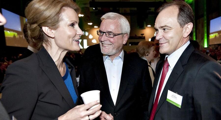 ARKIVFOTO. Statsminister Helle Thorning-Schmidt (tv) i samtale med partifællerne Anker Boye og Jan Trøjborg.
