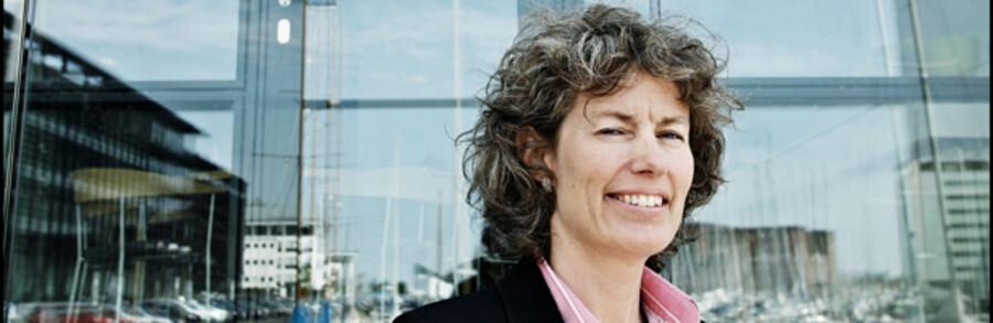 Christina Larsen, direktør i BankInvest forklarer, at mange afdelinger er blevet for små og dermed for omkostningstunge.
