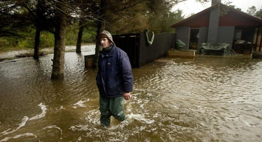 Formand for grundejerforeningen, Magnus Schødt besigtiger her sommerhusområdet i Oddesund på Thyholm, som er blevet oversvømmet efter stormen Egon.
