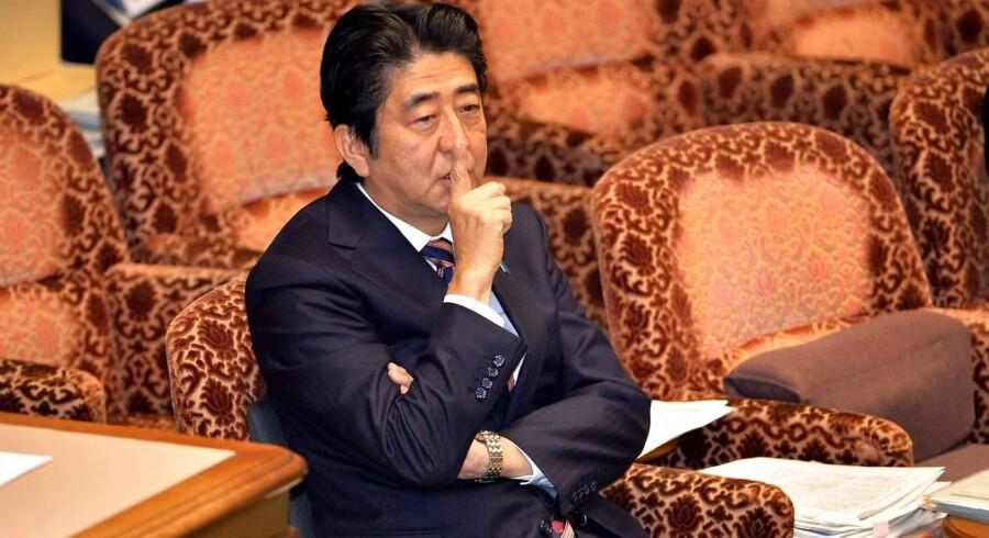 Den japanske premierminister, Shinzo Abe, er ved at lægge sidste hånd på en 18.200 mia. yen stor økonomisk hjælpepakke.