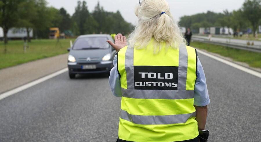 Nu er de begyndt: En dansk toldere stopper en bilist ved den dansk/tyske grænse.