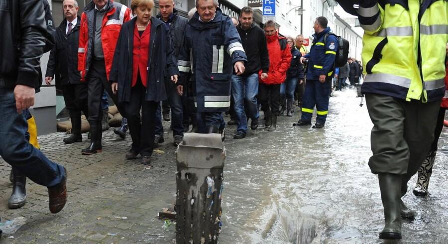Den tyske kansler Angela Merkel besøger her gennem byen, Passau i Tyskland, der er ramt af de voldsomme oversvømmelser i Centraleuropa.