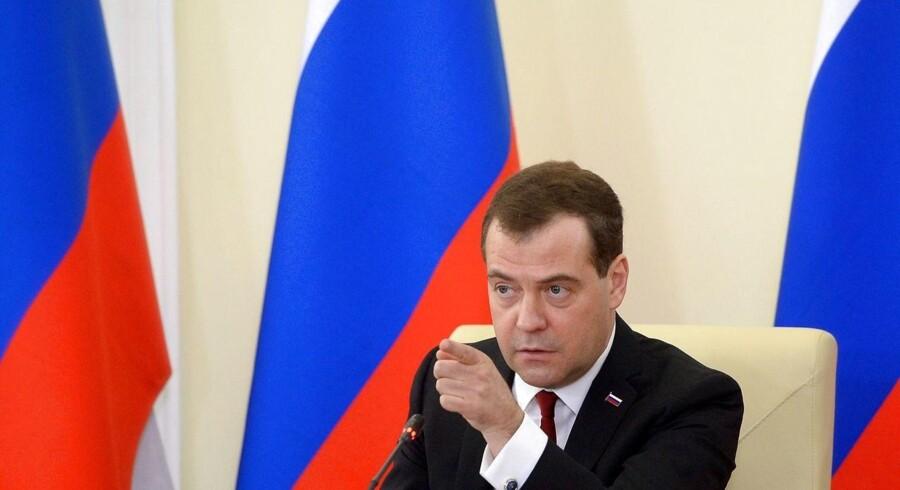 Den russiske premierminister Dmitrij Medvedev taler under et møde l Simferopol på Krim mandag.