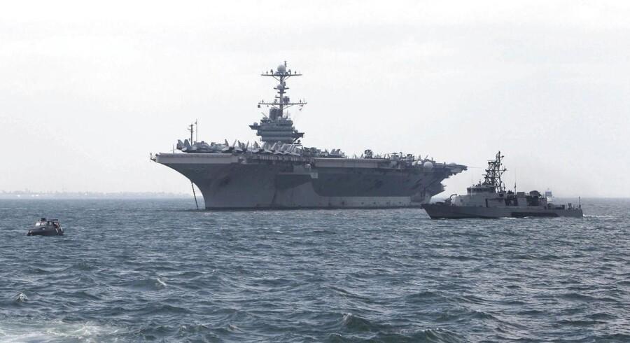 Det amerikanske hangarskib »Georg Washington« forventes at ankomme til det tyfonramte område i Filippinerne i dag. Når det enorme hangarskib med 5.000 mands besætning kaster anker, vil det ifølge BBC med et slag tredoble helikopter-kapaciteten og dermed styrke mulighederne for at få transporteret mad, vand og medicin ud til de mange, stadig mere desperate ofre for tyfonen Haiyan.