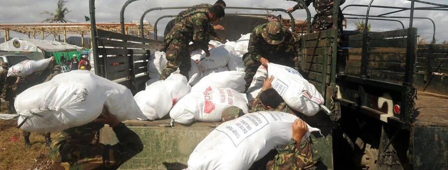 Soldater med nødhjælp ved den hårdt ramte by Tacloban.