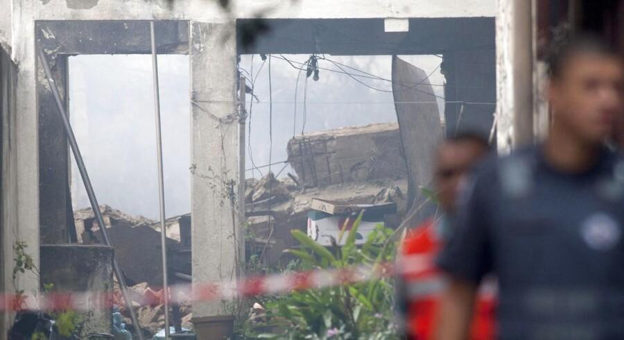 Det lille privatfly med syv personer om bord styrtede ned i et beboelseskvarter i byen Santos. Om bord var det brasilianske socialistpartis præsidentkandidat Eduardo Campos.